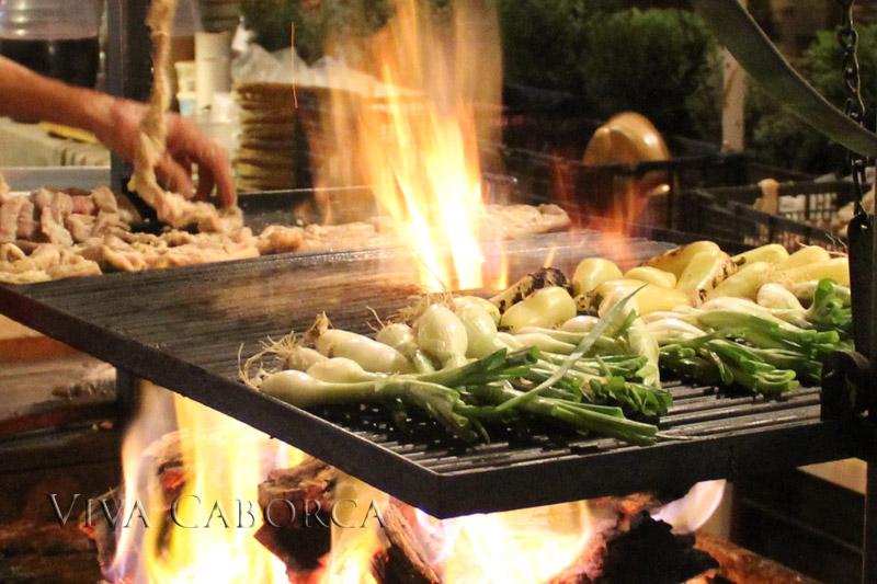 asando cebollas